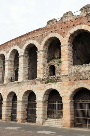paredes exteriores: detalle de las paredes exteriores de la antigua arena romana en Verona en Italia