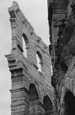paredes exteriores: detail of the exterior walls of the ancient Roman Arena in Verona