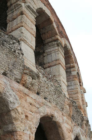 paredes exteriores: detalle de las paredes exteriores de la antigua arena romana en la ciudad de Verona