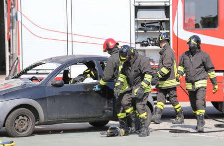interventie: brandweerlieden tijdens een interventie in geval van een verkeersongeval