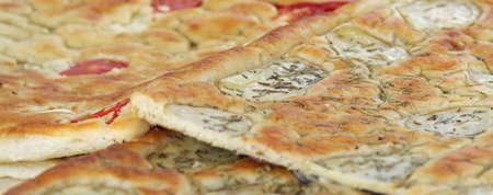 comida italiana: pan horneado comida italiana llam� Focaccia con romero y tomate Foto de archivo