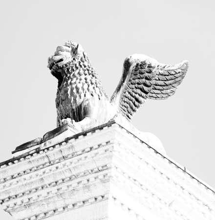 leon alado: estatua del león alado en la plaza de San Marcos en Venecia Italia