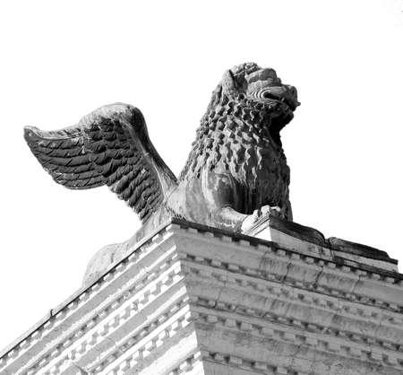 leon con alas: estatua del león alado en la plaza de San Marcos en Venecia Italia