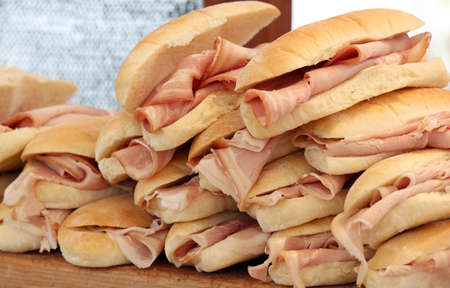 panino: muchos bocadillos de jam�n sabroso a la venta en el bar Foto de archivo