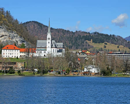 Church with Bell Tower on the shore of Lake BLED in Slovenia in Eastern Europe 免版税图像