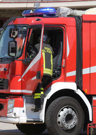 voiture de pompiers: braves pompiers en action sautent rapidement � partir du moteur de feu pendant une situation d'urgence