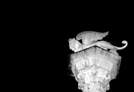 leon con alas: antigua estatua de mármol de alado símbolo del león de Venecia