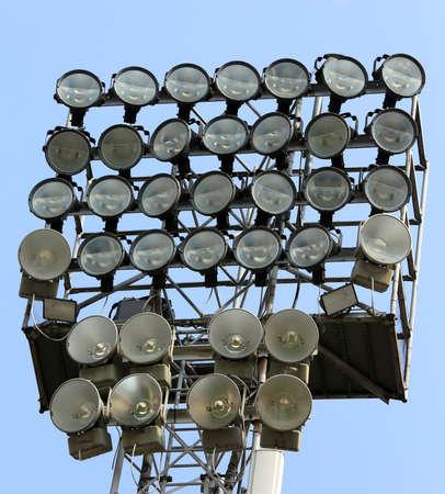 gigantesque: tour d'�clairage gigantesque avec des spots lumineux pour �clairer des installations sportives