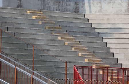 gradas estadio: gradas vacías de las gradas del estadio de béisbol antes del partido