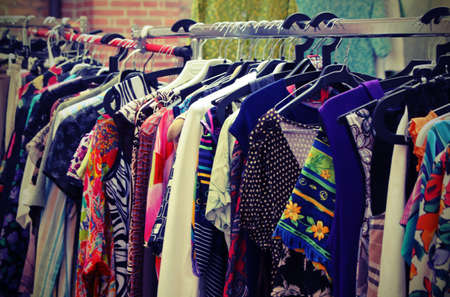 reciclar: ropa vintage que cuelgan en el mercado abierto de las cosas usadas Foto de archivo