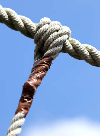 sturdy: big knot with sturdy rope to remember the commitments