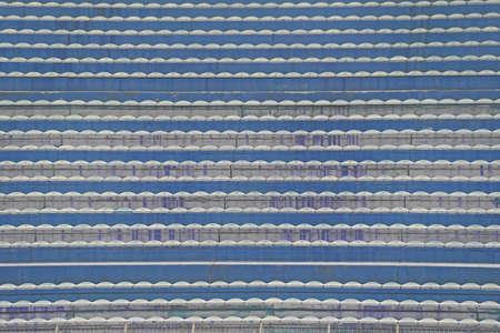 gradas estadio: gradas vacías y las gradas sin gente en el estadio de fútbol