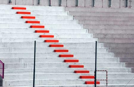 gradas estadio: Pasos rojas en las gradas del estadio de fútbol
