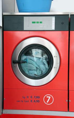 grote industriële wasmachine wasserette met munt bediening