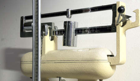 obesidad infantil: antigua escala antigua para pesar a los niños durante el examen médico