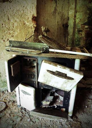 poele bois: Rusty po�le � bois de la vieille cuisine dans une vieille maison abandonn�e