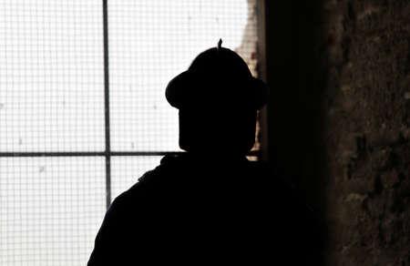 Schaduw van soldaat met middeleeuwse helm op het oude kasteel Stockfoto - 41528758