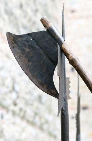 alabarda: antica ascia e un'alabarda medievale durante il combattimento nel Castello
