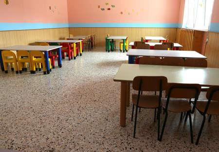 school canteen: refectorio del cuarto de niños con sillas de colores y pequeñas mesas de comedor Foto de archivo