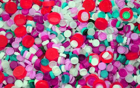 reciclar: colecci�n de tapones de pl�stico de colores en los vertederos de residuos reciclables Foto de archivo