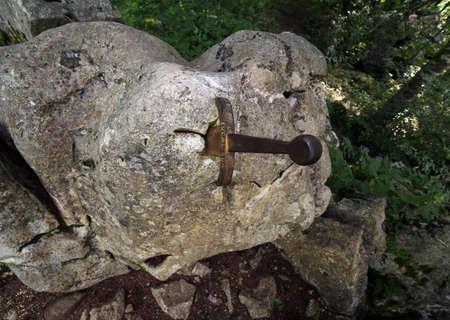 mago merlin: Excalibur la famosa espada en la piedra del rey Arturo en el bosque Foto de archivo