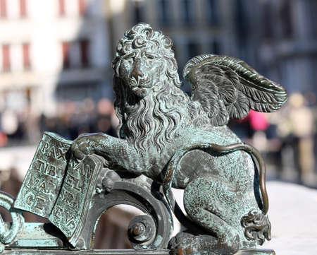 leon alado: estatua de bronce del león alado símbolo de Venecia en Plaza de San Marcos