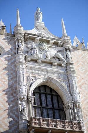 leon con alas: León con alas del Palacio Ducal s en Venecia Italia Editorial