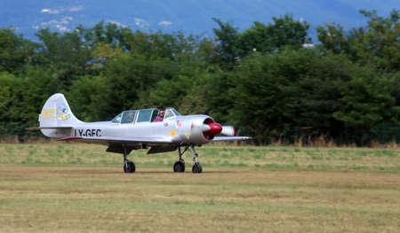 pilotos aviadores: Thiene, Vicenza - Italia. 26 de julio 2015: importante exhibición aérea llamada FlighThiene en Thiene aeropuerto cerca de Vicenza City en Northen Italia con muchos aviones históricos y modernos