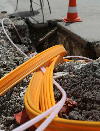 road work for the installation of fiber optic cables for telecommunications HIGH-SPEED telematics Foto de archivo