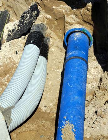 waterleiding: gegolfde buizen en een pijp voor waterwerken in graven in de wegenbouw