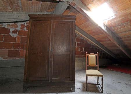 and antique: viejo armario de madera y una silla antigua en el desv�n polvoriento