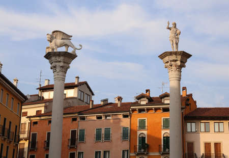 leon alado: Vicenza Italia Dos columnas con león con alas y Jesús Redentor con el mundo en la mano