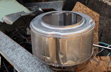 landfill site: drum lavatrice e altro materiale ferroso di scarto in discarica