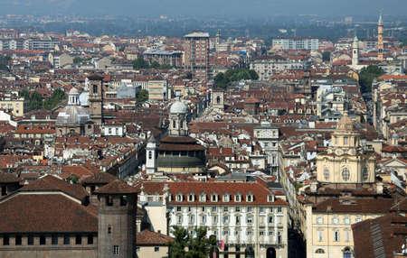 demografia: vista superior de una metr�poli europea con muchos techos y casas Foto de archivo