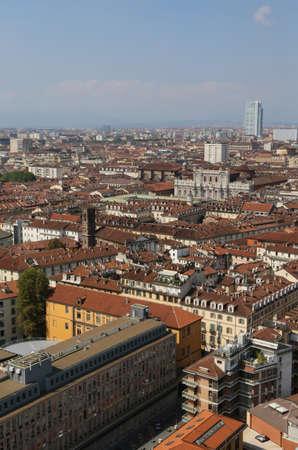 demografia: vista a�rea de una metr�poli europea con muchos techos y casas