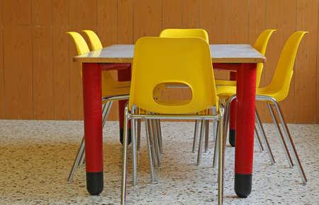kinder: aula de jard�n de infancia con escritorios y sillas sin ni�os Foto de archivo