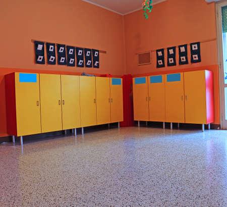 kinder: vestuarios y taquillas amarillas del jardín de infantes para niños Foto de archivo