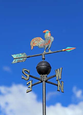 puntos cardinales: Tiempo vane vane para medir la direcci�n del viento con un gallo y los puntos cardinales Foto de archivo