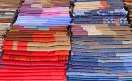 bufandas: scarves and stoles and fabrics for sale in Italian shop Foto de archivo