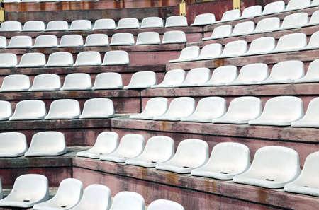gradas estadio: gradas en gradas vacías de un estadio moderno antes de los eventos deportivos