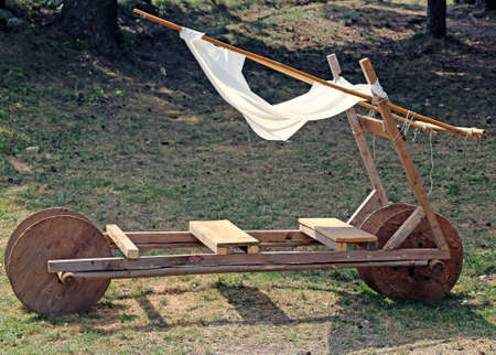 �ge de pierre: funny acnient stone age car made of wood Banque d'images