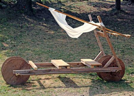 edad de piedra: Funny Car edad de piedra acnient de madera Foto de archivo