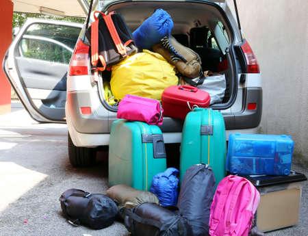 スーツケースと家族旅行のダッフル バッグ オーバー ロード車 写真素材