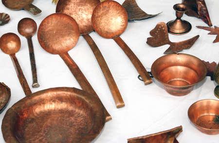 utensilios de cocina: cobre utensilios de cocina y vajilla para la venta en el mercado de pulgas