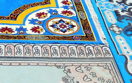 Blaue antike Teppiche handgefertigt mit aufwendigen geometrischen Figuren Standard-Bild - 46081314