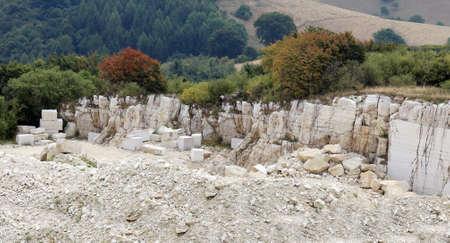 grande carrière de marbre pour l'extraction de la pierre