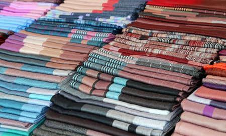 foulards: sciarpe e stole e tessuti per la vendita in negozio Archivio Fotografico