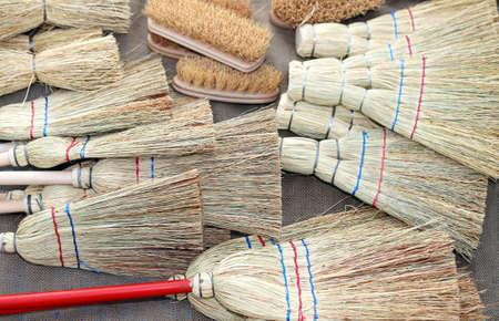 sorgo: muchos cepillos y escobas de sorgo