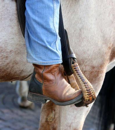 ippica: piede Cowboy nella staffa del cavallo durante la corsa Archivio Fotografico