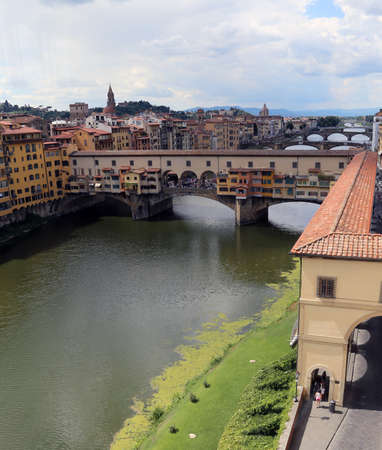 ponte vecchio: Florence Italy houses and shops in the ancient bridge called Ponte Vecchio over River Arno Stock Photo